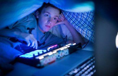 thức khuya có hại cho mắt